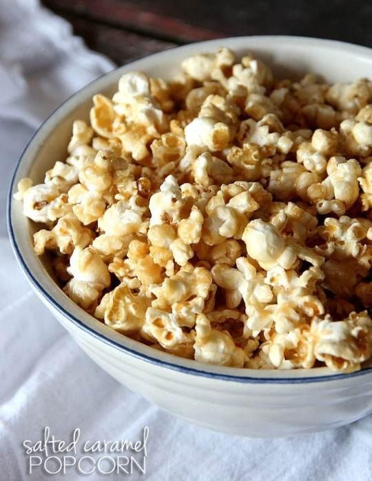 Salted Caramel Popcorn | www.cookiesandcups.com | #recipe #popcorn #saltedcaramel