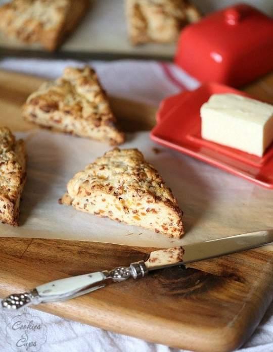 Bacon Cheddar Scones | www.cookiesandcups.com