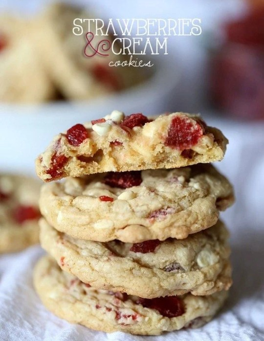 Strawberries and Cream Cookies ~ www.cookiesandcups.com #cookies #recipe #strawberry