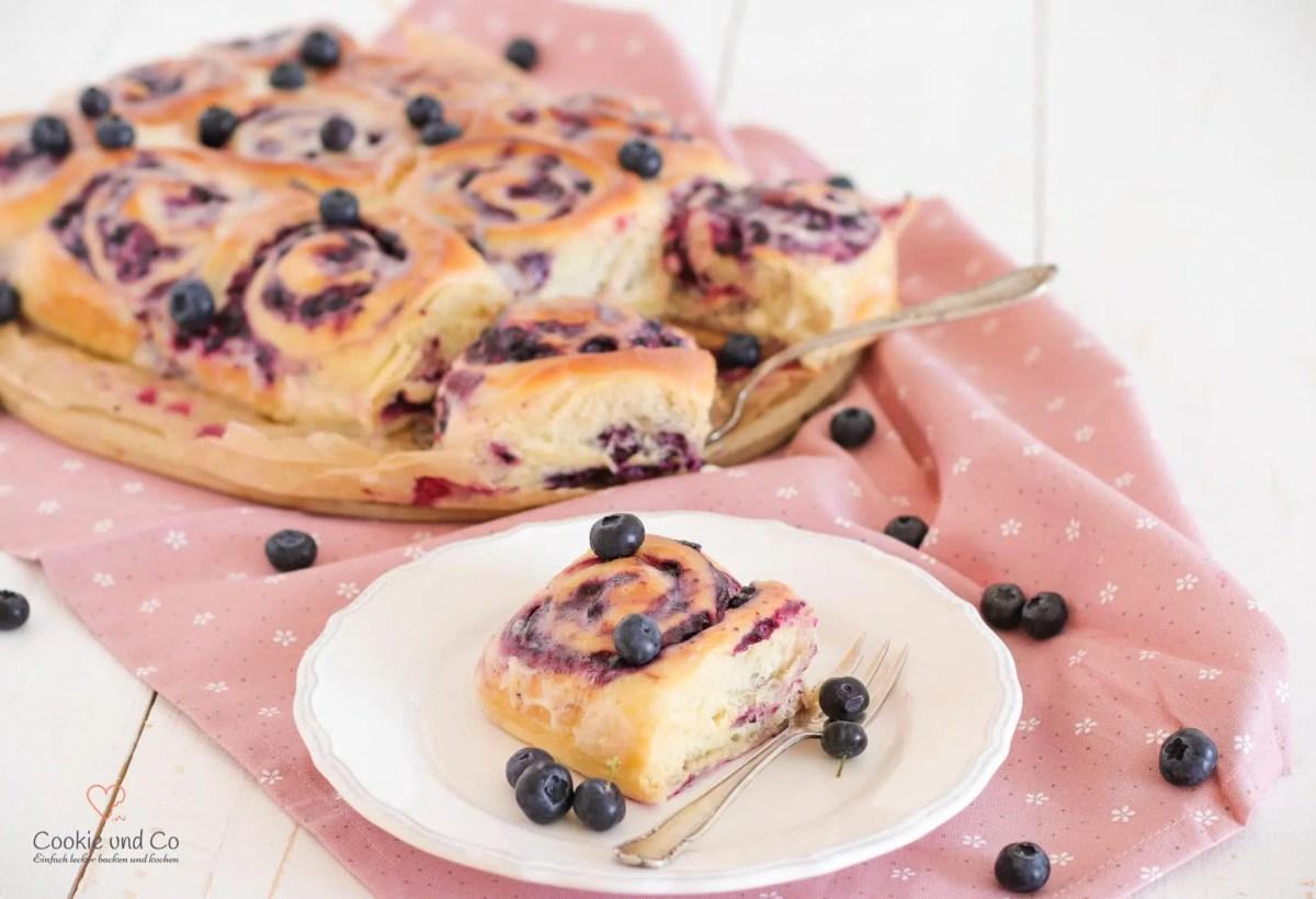 Blueberry-Cheesecake-Rolls (gefüllte Heidelbeer-Schnecken)