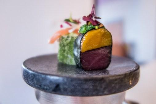 Amuse Bouche 2: Tekka (Thunfisch) und Sake (Lachs). Tekka mit Mango, Wakamisalat, Erdnuss, Thaichilli, Roter Shiso.