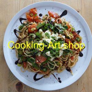 Heiße Kamut-Spaghetti unter kaltem Salat, groß