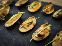 Asian baked mussels broiled with mayonnaise and thai sweet chili sauce