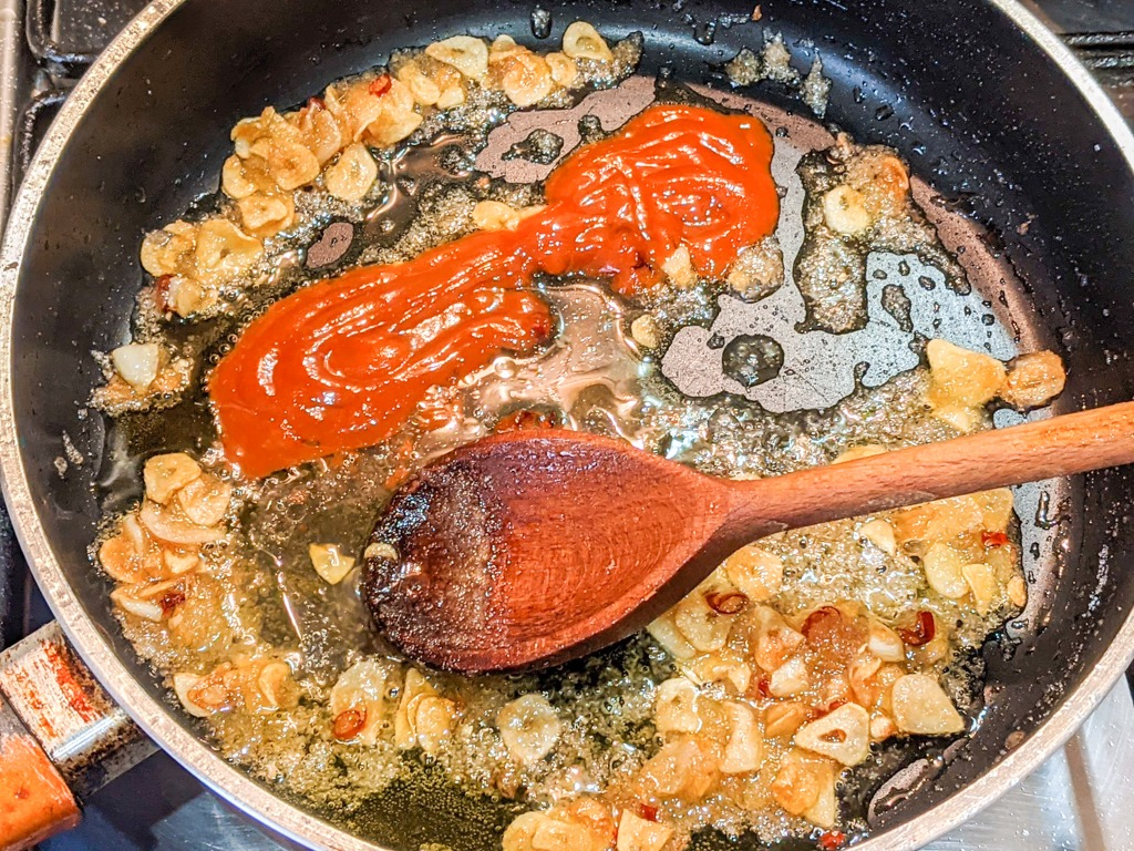 frying garlic with pepper