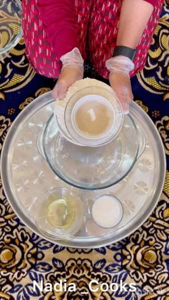 ثلاث اكواب طحين متعددالاستعمالات. كوب ماي مع كوب الاربع حليب سائل  ثلاث ملاعق زي