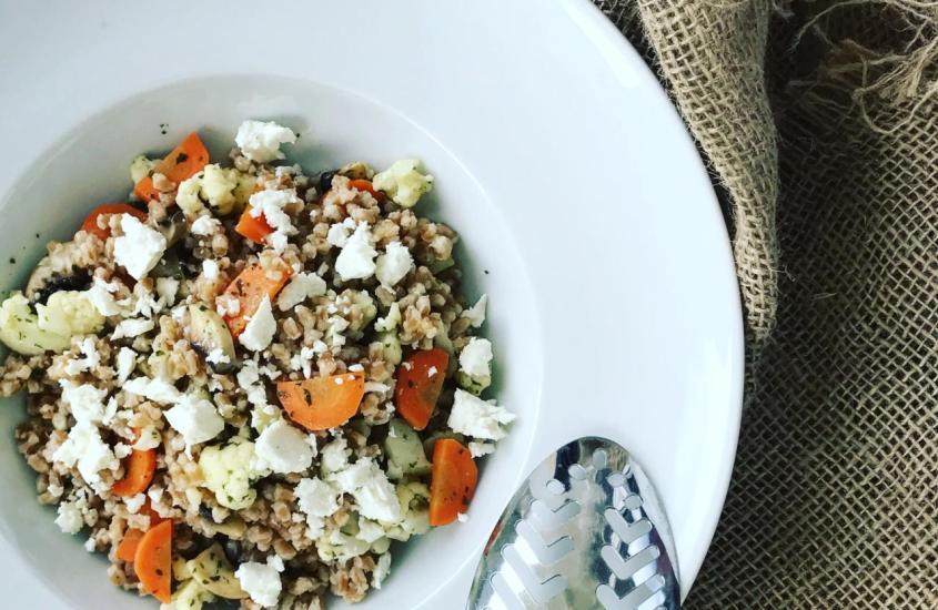 Dinkelreispfanne mit Gemüse und Fetakäse