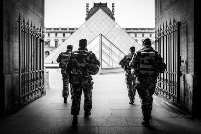 security-at-le-louvre---black-and-white_24627236819_o