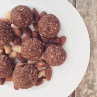 Raw vegan energy balls with cocoa, nuts & seeds (bolas energéticas de cacao, nozes & sementes)