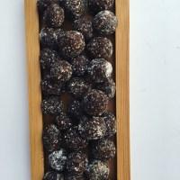 Tiny date-cocoa truffles (trufas de cacau e tâmaras)