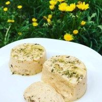 Easy vegan cheese with herbs (queijo vegano com ervas)