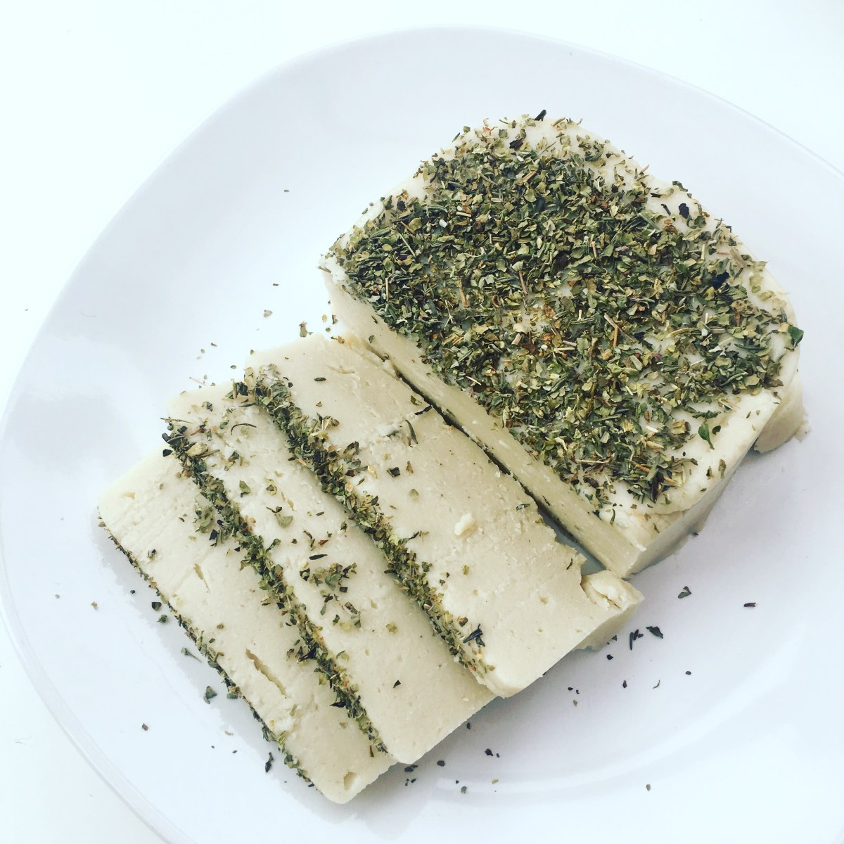 Easy Garlic and Herb Vegan Cheese (queijo vegano de alho e ervas)