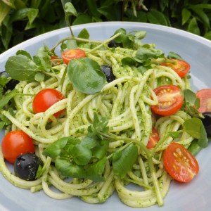 Spaghetti with watercress pesto and tomatoes