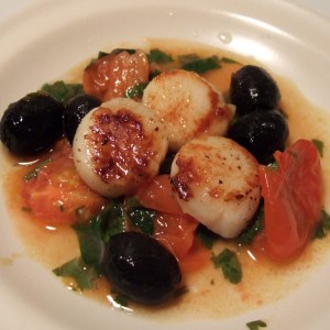 Seared scallops with tomatoes & olives