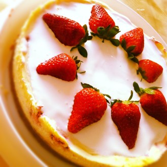 Strawberry baked cheesecake with sour cream