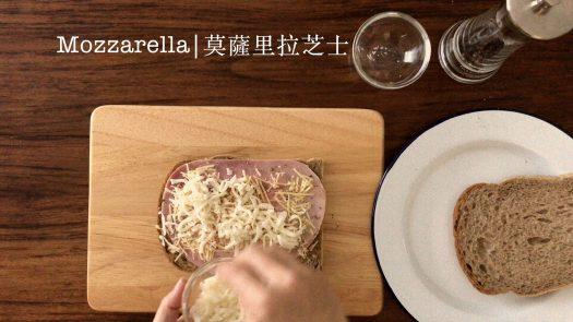 Adding one layer of Mozzarella cheese on the ham