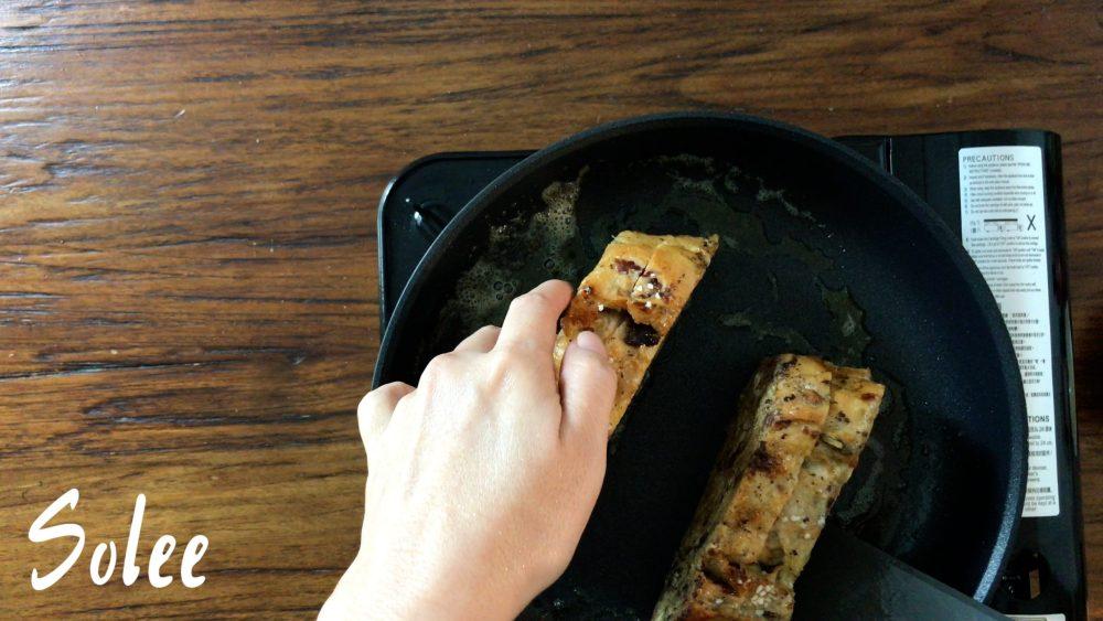 把花生醬西多士的四面都煎黃