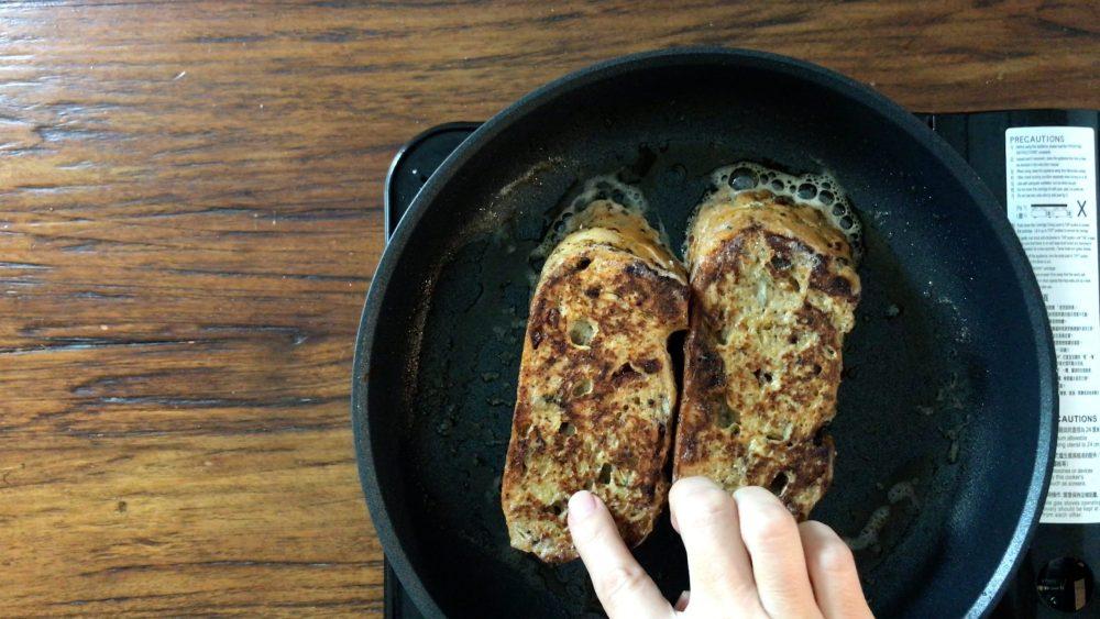 用手按一下,煎好的西多士有一層金黃焦脆的外皮