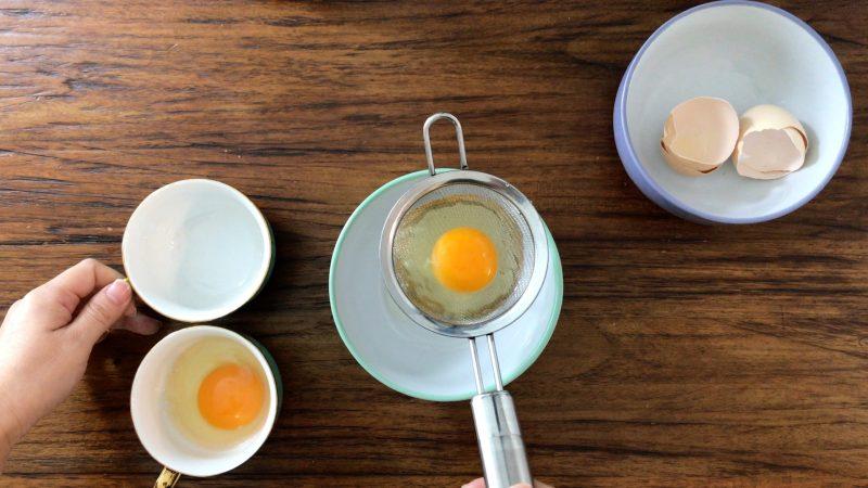 把蛋倒進茶杯