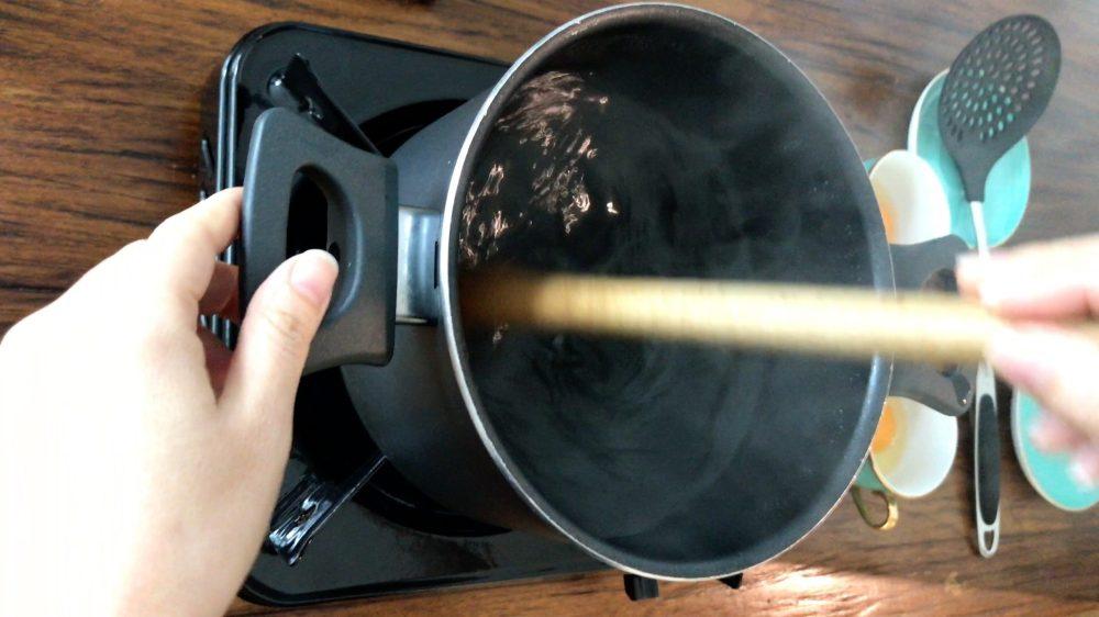 放大約五寸深的水在一口深鍋裡,水煮沸後熄火,用工具向同一方向攪動,形成一個旋渦