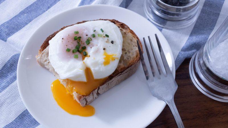 蛋黃流出一顆放在一塊多士的水波蛋