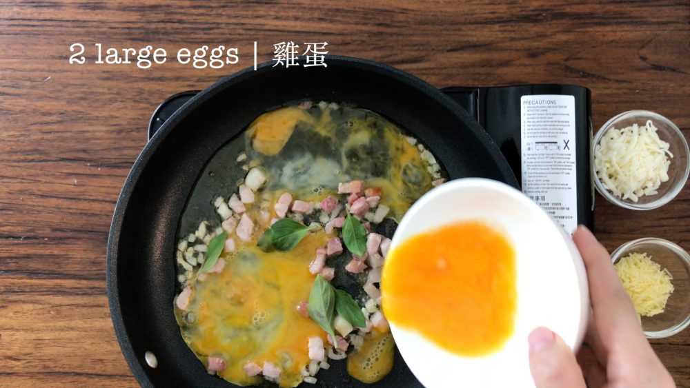 Pour beaten eggs on the ingredients in a pan