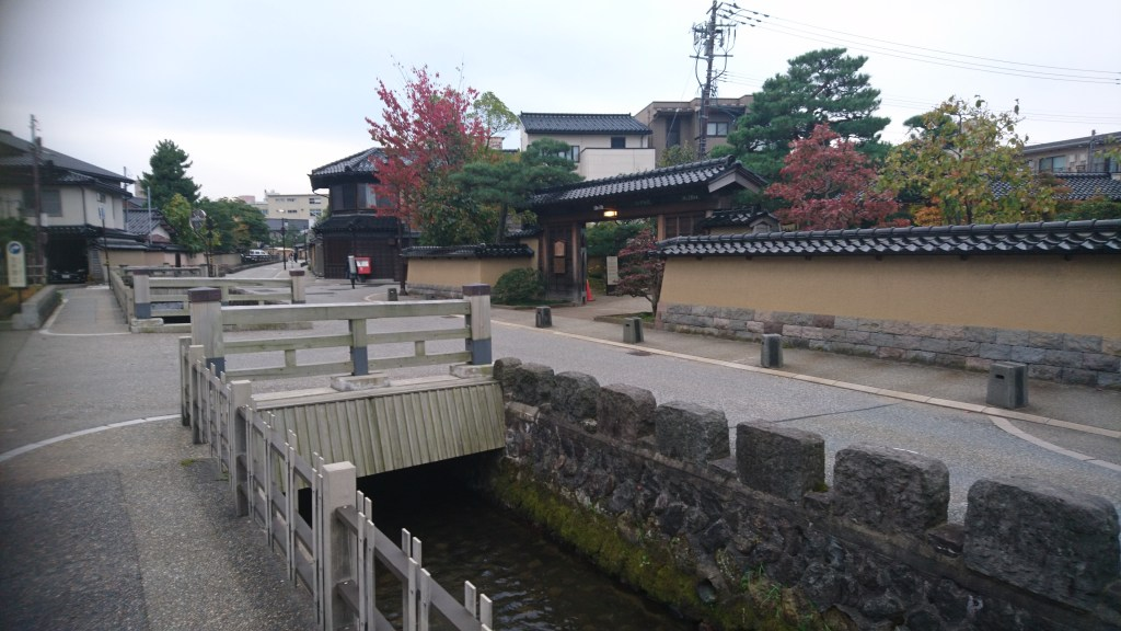 旧加賀藩士 高田家跡前の用水