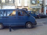 Nos fourgonettes se frayent un passage dans les ruelles de Bordeaux
