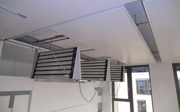 Metal panels hanging on H- panels – surface can be opened at any time.