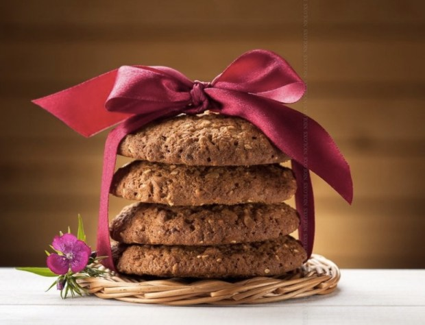oatmeal-cookies-and-blooming-flower