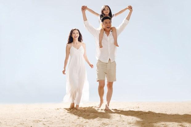 Family on beach3