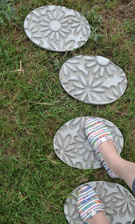 17 DIYs For Your Backyard on Stepping Stone Patio Ideas  id=99125