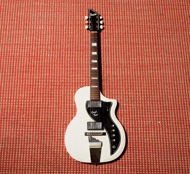 Ariane_Moffat-guitar.jpg