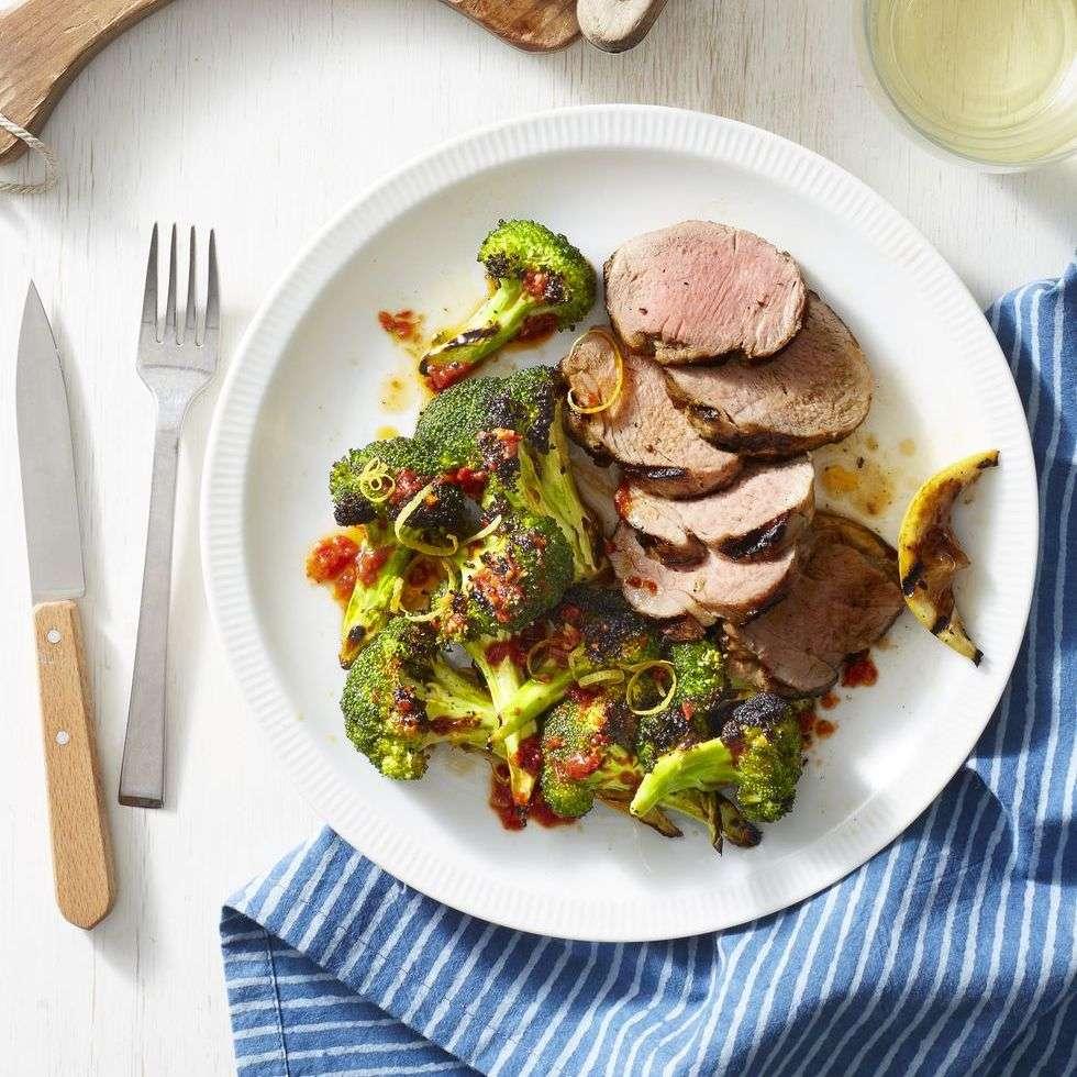 14. Carne de porco grelhada com brócolis Harissa carbonizado