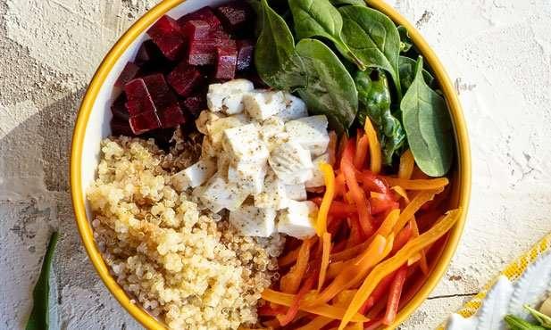 Receita de Salada de quinoa, legumes e queijo de cabra