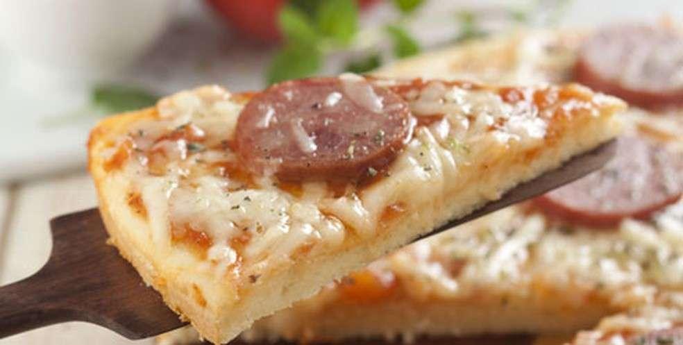 Receita de Pizza prática de calabresa e queijo