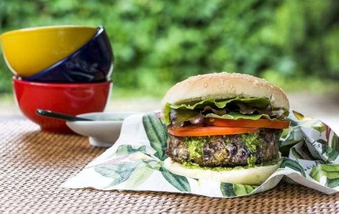 Receita de hambúrguer de feijão com pesto de couve