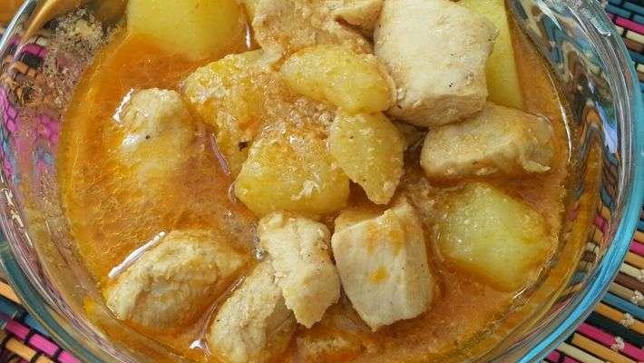 Frango cozido com batatas e caldinho