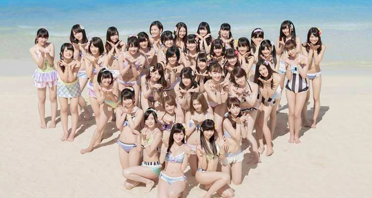 Integrantes de AKB48 promocionando un single en 2014