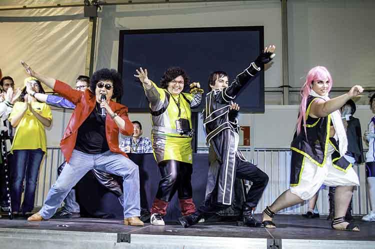 Shinichi Watanabe con sus fans grabando en Getxo
