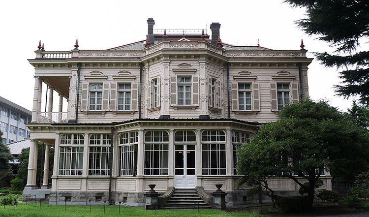 La mansión de Iwasaki (este).