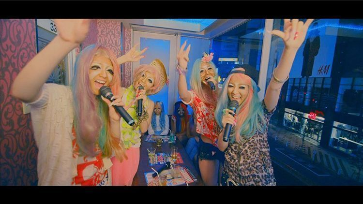 Los miembros de 乃木坂46 están maquilladas de «Yamamba», una tribu urbana.