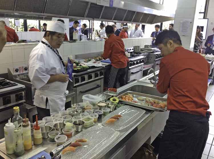 Los jurados observaba a los concursantes mientras ellos cocinaban.