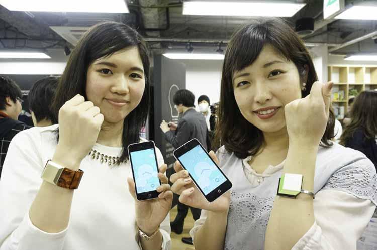 Japonesas mostrando sus joyas inteligentes