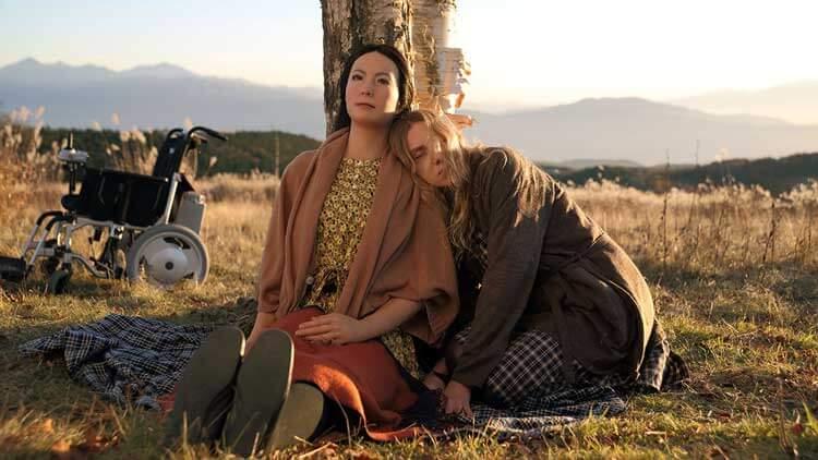 Geminoid F como Leona, y Bryerly Long, como Tanya, en un fotograma de la película Sayōnara (2015).