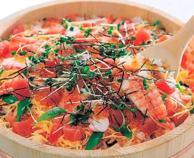 chirashi-zushi es una típica comida del festival de niñas llamado hinamatsuri.