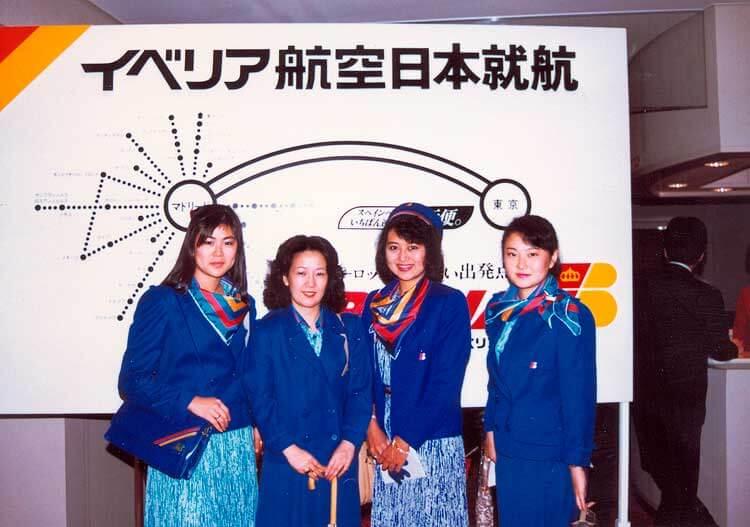 Hasta hoy, la forma de volar desde España a Japón, era con escalas. Aquí, empleadas japonesas que participaron en el primer vuelo Madrid-Tokio, en 1986Inauguración de la línea a Japón (Madrid-Tokio), en el avión Francisco de Quevedo, modelo Boeing 747 con matrícula EC-DLC. En la imagen las oficinas de Iberia en Japón, inauguradas por el Director General de Iberia, Juan Viniegra, junto a otros directivos, y sus homólogos y empleados japoneses. La ruta tenía dos frecuencias semanales, con escalas en Madrid, Barcelona y Bombay. 1 de mayo de 1986