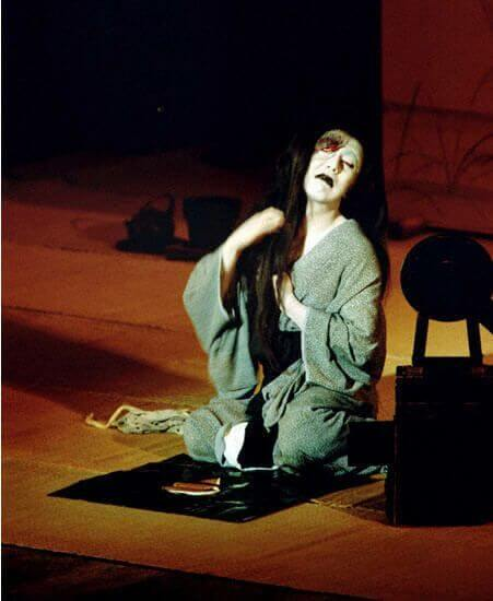 Cartel y escenas de la obra teatral Historia sobrenatural de Yotsuya (Yotsuya kaidan,  1825), de Nanboku Tsuruya IV, y fotograma de la versión fílmica dirigida en 1959 por   Nobuo Nakagawa, paradigma del poderoso influjo ejercido por el kabuki en el cine   nipón.