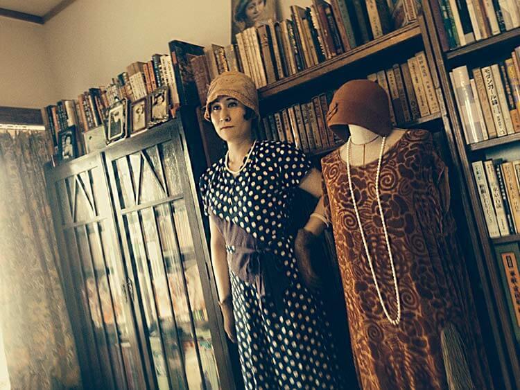 Kayo Asai en su casa. Los libros del estudio sobre moga y de su época preferida están en las estanterías.