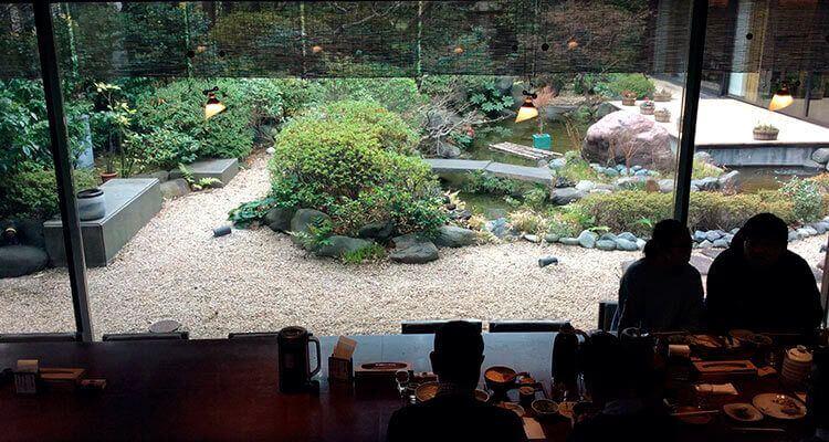 Se puede desfrutar del paisaje del jardín japonés durante la comida.