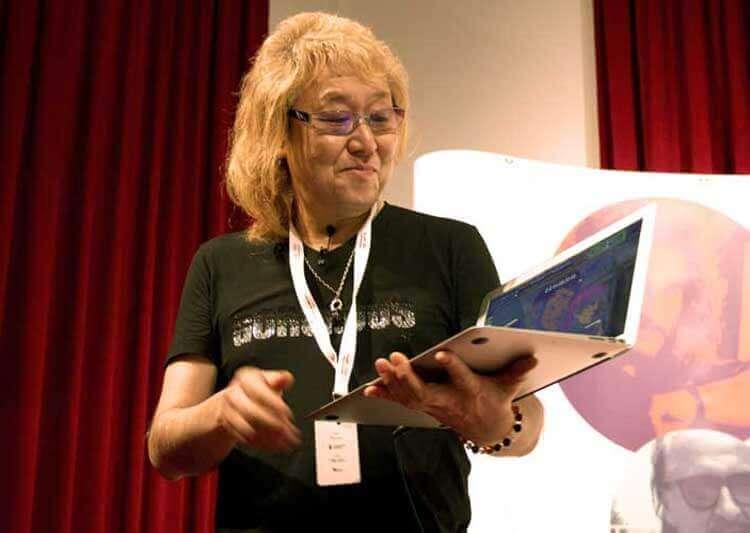 Kawai con su portátil, explicándonos a los asistentes a su conferencia, parte del proceso de composición que sigue para trabajar en un anime. Más tarde lo conectó al equipo de audio del teatro Cervantes para que los asistentes fuéramos escuchando las distintas capas de audio que normalmente va añadiendo a una composición.